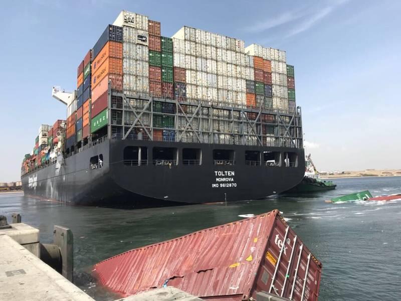 Ορατή ζημιά στα εμπορευματοκιβώτια του MV Tolten, η οποία πέρασε από την πλευρά του αγκυροβολημένου πλοίου MV Hamburg Bay στο νότιο λιμάνι του Καράτσι στο Πακιστάν νωρίτερα αυτή την εβδομάδα (Φωτογραφία: Hassan Jan)
