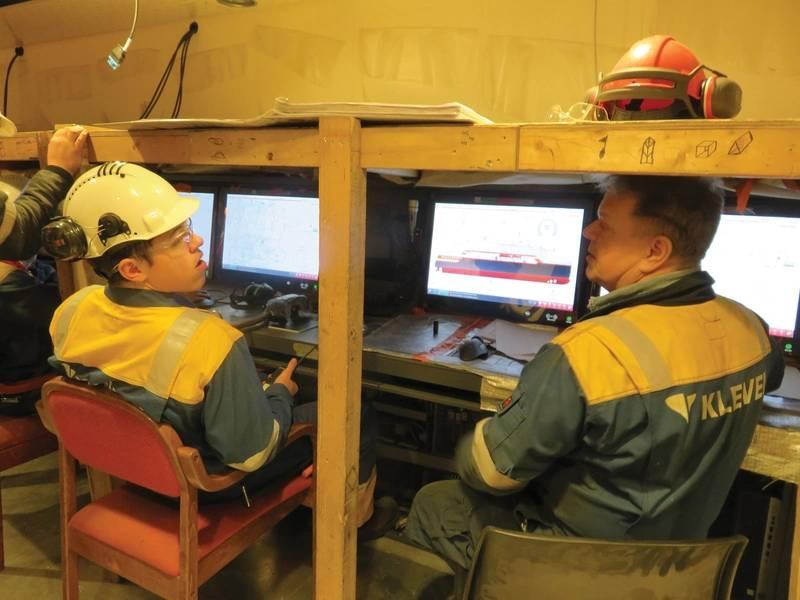 Το προσωπικό της Kleven Verft ελέγχει τη λειτουργία της κύριας αίθουσας ελέγχου κινητήρα επί του πλοίου MS Roald Amundsen που βρίσκεται υπό κατασκευή στο ναυπηγείο της εταιρείας. Φωτογραφία: Tom Mulligan