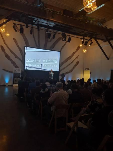 Директор SMTP Марк Шроп предоставляет приветственные замечания на своем первом демонстрационном мероприятии. Предоставлено: Erika Montaue / SMTP.