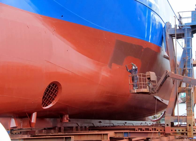 قال Frost & Sullivan أنه يتعين على شركات بناء السفن وشركات الإرساء الجاف العمل مع أخصائيي الطلاء البحري لضمان تطوير الطلاءات البحرية عالية الأداء والمستدامة بيئيًا والتي يمكنها حماية البيئة وزيادة كفاءة استهلاك الوقود للاستخدام في القطاع البحري. الصورة: © helenedevun / Adobe Stock
