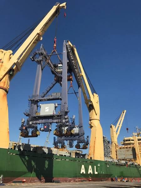 एएएल ब्रिस्बेन से विशाल आरटीजी क्रेन निर्वहन। फोटो: एएएल