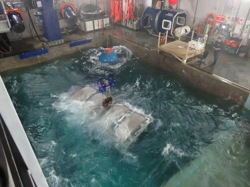 केबिन पानी में उल्टा हो जाता है। (फोटो: टॉम मुलिगन)