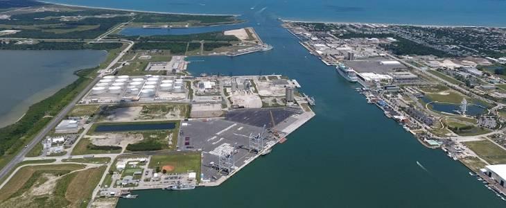 पोर्ट कैनावेरल में जीटीटी यूएसए टर्मिनल। फ्लोरिडा