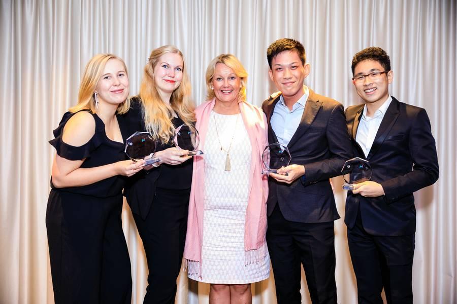 सिंगापुर में फिनलैंड के राजदूत एच पाउला परविएन के साथ विजेता टीम। बाएं से दाएं: एनी हेकिसेन, हेनरिकिका हाकाला, हे पाउला परविएन, फिनलैंड के राजदूत सिंगापुर, लिम वी दा, और जोनाथन जी (फोटो: सिंगापुर समुद्री संस्थान)