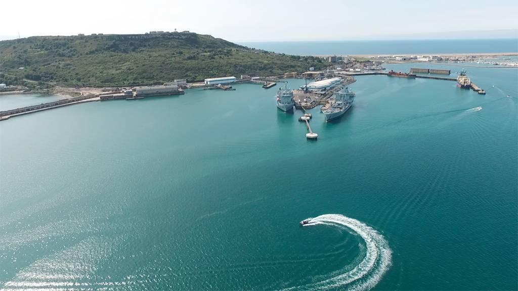 两艘皇家舰队辅助船停靠在外面的Coaling码头和深水泊位,背后是皇后码头。