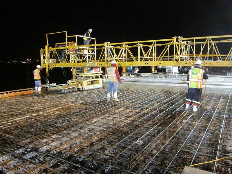 新しいコンクリートデッキを注ぐ一晩の建設作業員(写真:Canaveral Port Authority)