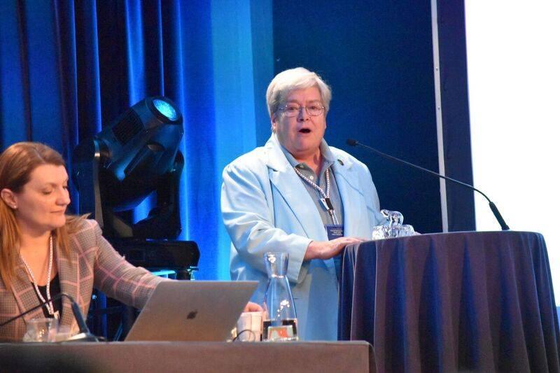 梅特卡夫(右)在年度大会上发言