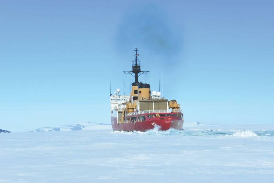 """海岸警卫队刀具极地之星于2018年1月13日星期六在南极洲的麦克默多湾(McMurdo Sound)破冰。西雅图极地之星的机组人员正在部署到南极洲,以支持""""深冻行动""""(Operation Deep Freeze 2018)。国家科学基金会管理的美国南极计划。美国海岸警卫队首席琐事官Nick Ameen摄。"""