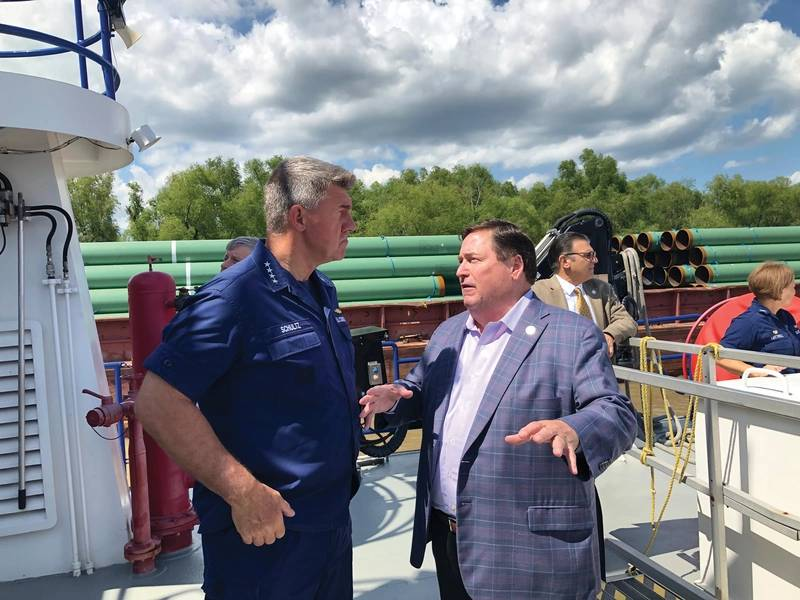 米軍司令官、カール・シュルツ提督は、ミシシッピ川下流域の状況について、ルイジアナ州の州知事、ビリー・ナンゲッサー中尉と話し合った。写真:グレッグトラウスヴァイン