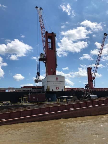 Associated Terminals & Turn Services ejecuta una impresionante operación de transferencia de carga en medio del río Mississippi. Históricamente, las aguas altas y las corrientes rápidas en esta vía de agua crítica desafían la velocidad, la eficiencia y la seguridad de todas las operaciones fluviales. Foto: Greg Trauthwein