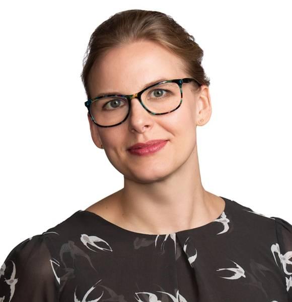 """Dana Merkel ist Associate bei Blank Rome LLP. Bevor sie zu Blank Rome kam, arbeitete sie als Third Mate und Qualified Member der Engine Department (""""QMED"""") für verschiedene internationale Reedereien bei der International Organization of Masters, Mates und Pilots im Container-, Schüttgut- und Tankersegment der Branche."""
