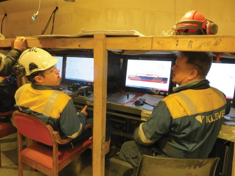 Die Mitarbeiter von Kleven Verft überprüfen den Betrieb des Hauptmotorkontrollraums an Bord der derzeit im Bau befindlichen MS Roald Amundsen auf dem Firmengelände. Foto: Tom Mulligan