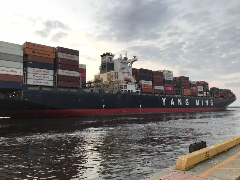 Die YM Uniformity kommt im Hafen von Wilmington an (CREDIT NC Ports)
