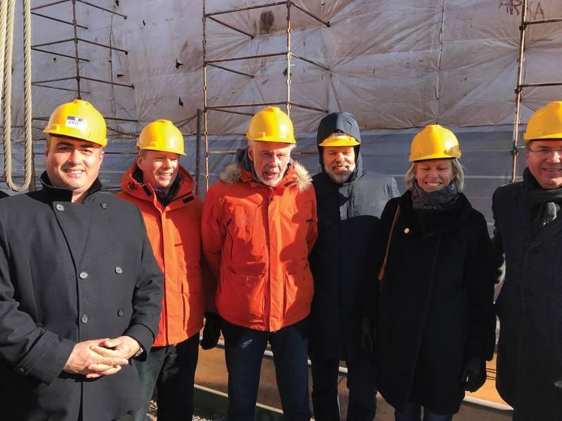 Doulis (πολύ αριστερά) και Sven Lindblad (τρίτο από τα αριστερά) στην τελετή τοποθέτησης τρόπιδας. Φωτογραφίες: Lindblad Expeditions