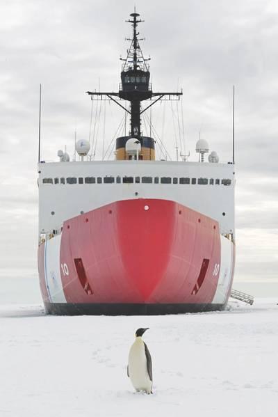Ein Kaiserpinguin posiert für ein Foto vor dem Coast Guard Cutter Polar Star im McMurdo Sound in der Nähe der Antarktis am Mittwoch, den 10. Januar 2018. Die Besatzung der in Seattle ansässigen Polar Star ist auf dem Weg in die Antarktis, um die Operation Deep zu unterstützen Freeze 2018, der Beitrag des US-Militärs zum von der National Science Foundation verwalteten US-Programm für die Antarktis. US Coast Guard Foto von Chief Petty Officer Nick Ameen.