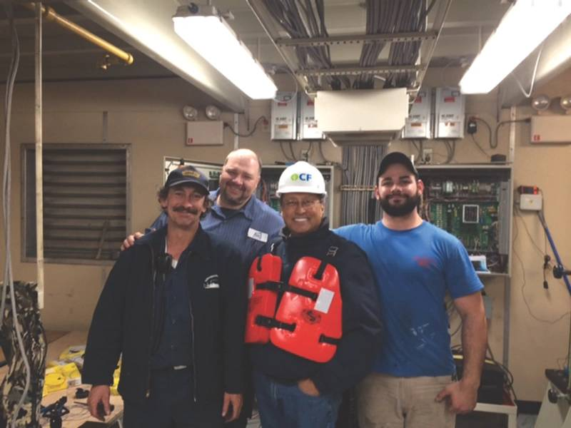 Ed Grimm, (segundo da esquerda) CEO, Southern Towing Company durante uma visita à tripulação.