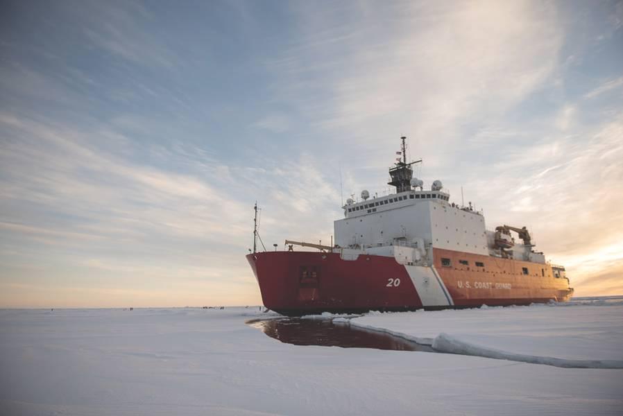 A Guarda Costeira dos EUA, Cutter Healy (WAGB-20), está no gelo na quarta-feira, 3 de outubro de 2018, a cerca de 715 milhas ao norte de Barrow, no Alasca, no Ártico. O Healy está no Ártico com uma equipe de cerca de 30 cientistas e engenheiros a bordo da instalação de sensores e submarinos autônomos para estudar a dinâmica estratificada dos oceanos e como os fatores ambientais afetam a água abaixo da superfície do gelo para o Escritório de Pesquisa Naval. O Healy, que é portado em Seattle, é um dos dois quebra-gelo em serviço nos EUA e é o
