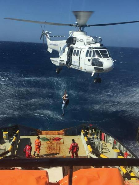 Joey Farrell wird mit einem Hubschrauber zu einem Feuerwehrschlepper vor Gran Canaria gesenkt. Foto mit freundlicher Genehmigung von Resolve Marine Group.