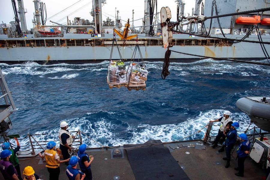 Marinheiros designados para o destróier de mísseis guiados da classe Arleigh Burke USS Nitze (DDG 94) se preparam para receber carga para carga durante um reabastecimento no mar com o lubrificador de reabastecimento de frota USNS Big Horn (T-AO 198). A Nitze está implantada nas áreas de operação da 5ª Frota dos EUA em apoio a operações navais para garantir estabilidade e segurança marítima na Região Central, conectando o Mediterrâneo e o Pacífico através do Oceano Índico Ocidental e três pontos estratégicos.)