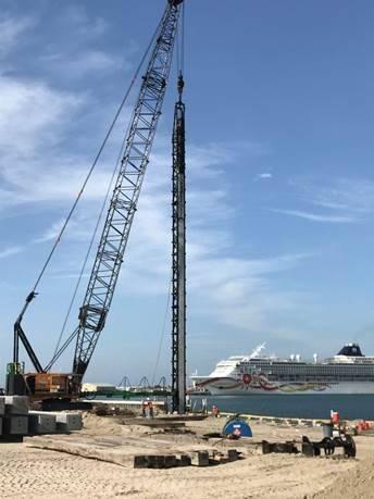 North Cargo Berth 8に設置するOrion Marine Groupポジションコンクリート杭の労働者(写真:Canaveral Port Authority)