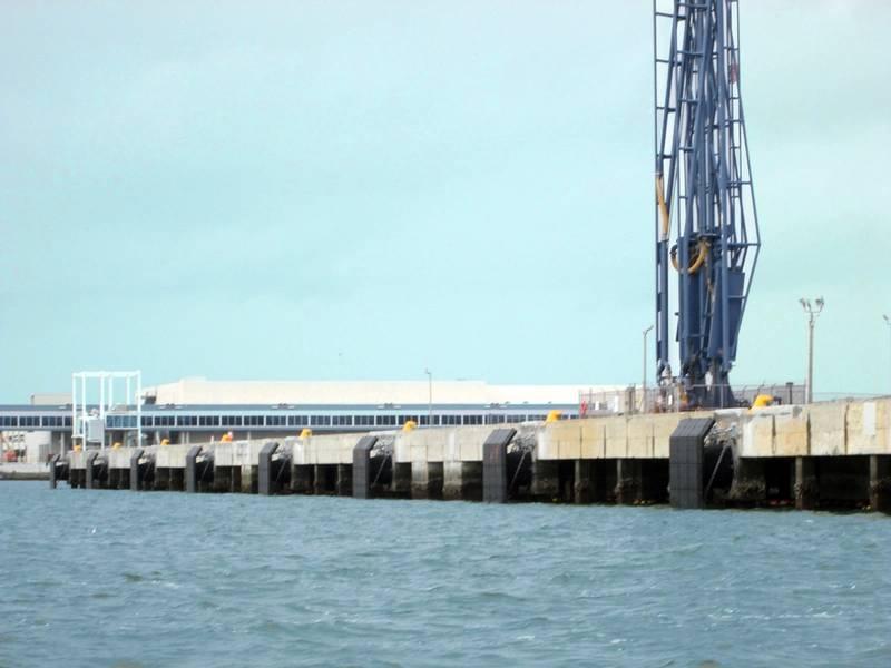 North Cargo Pier 1 مع المصدات البحرية الجديدة ، الأعمدة والحواجز الخرسانية (الصورة: هيئة ميناء Canaveral)