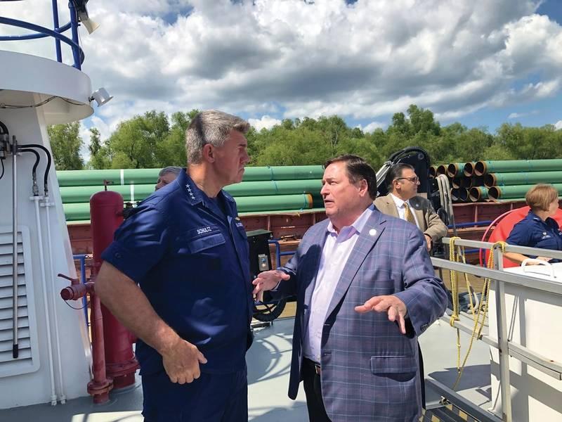 USCG司令员Karl Schultz海军上将与路易斯安那州州长Billy Nungesser中校讨论密西西比河下游的情况。照片:Greg Trauthwein