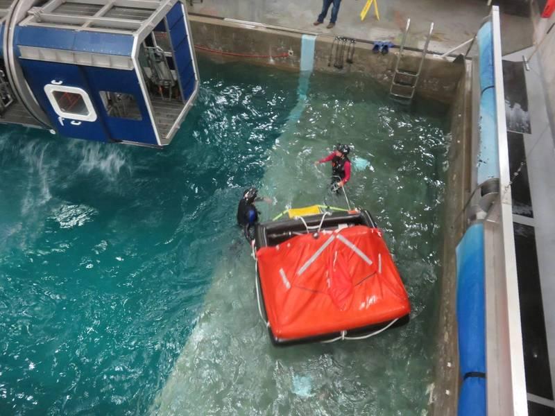 Una balsa salvavidas se acerca a la cabina para recoger a los sobrevivientes / fugitivos. (Foto: Tom Mulligan)