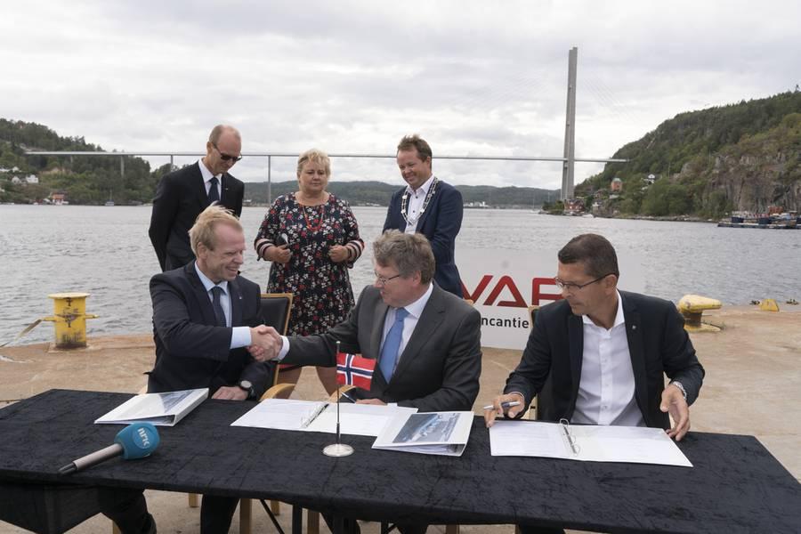 YARA firma un acuerdo con VARD para construir Yara Birkeland. LR: Presidente y CEO de YARA, Svein Tore Holsether; COO de VARD, Magne O. Bakke; Presidente y CEO de KONGSBERG, Geir Håøy (Foto: KONGSBERG)
