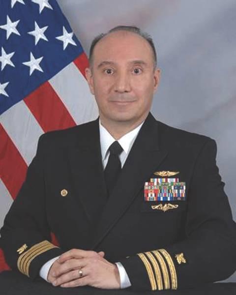 El capitán Frank Nevarez, el oficial al mando (CO) de FLC Yokosuka