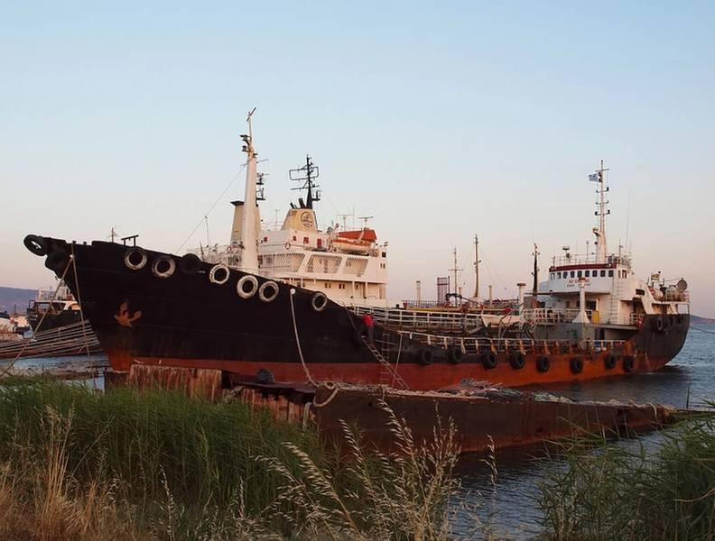 A guarda costeira grega descobriu um recorde de duas toneladas de drogas, principalmente heroína, a bordo de um pequeno petroleiro chamado Noor One em 2014 (Foto: Coast Guard Coast)