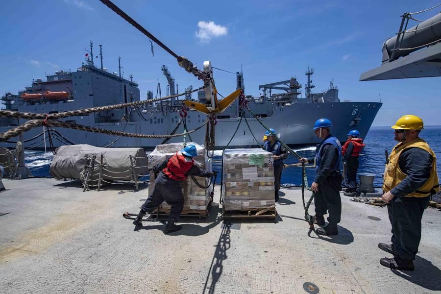 Os marinheiros seguram carga a bordo do destróier de mísseis guiados da classe Arleigh Burke, USS McCampbell (DDG 85) durante um reabastecimento no mar com o navio de carga seca e munição USNS Ameilia Earheart (T-AKE 6). A McCampbell está sendo destacada para a área de operações da 7ª Frota dos EUA em apoio à segurança e estabilidade na região do Indo-Pacífico. (Foto da Marinha dos EUA pela Especialista em Comunicação de Massa 3ª Classe Isaac Maxwell)