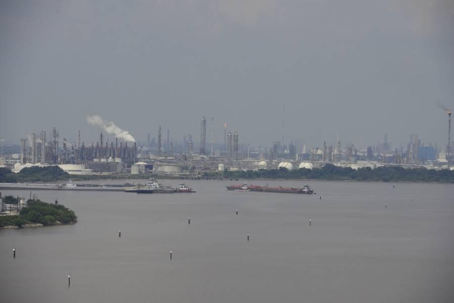 Os navios transitam no canal superior de Houston após o furacão Harvey. (Foto da Guarda Costeira dos EUA por Brandon Giles)