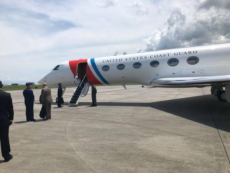 Im vergangenen Monat wurde Maritime Reporter & Engineering News eingeladen, sich Admiral Karl Schultz, dem Kommandanten der US-Küstenwache, auf seinem Jet zu einem Treck nach New Orleans anzuschließen, um an Bord eines Mid-Stream-Transfers im Mississippi unterwegs zu sein. Foto: Greg Trauthwein
