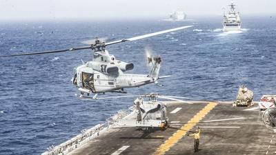 Ένα ελικόπτερο UM-1Y Venom που αποδίδεται στη θαλάσσια μοίρα Tiltrotor Squadron (VMM) 163 (Ενισχυμένη), 11η θαλάσσια εξερευνητική μονάδα (MEU), απογειώνεται από το θάλαμο διακυβέρνησης του αμφίβιου πλοίου USS Boxer (LHD 4) κατά τη διάρκεια στενού διαμετακόμισης. Ο όμιλος Amphibious Ready του Μπόξερ και η 11η Ε.Μ.Ε. αναπτύσσονται στην περιοχή δραστηριοτήτων 5ου Στόλου των ΗΠΑ για τη στήριξη των ναυτικών επιχειρήσεων για να εξασφαλίσουν τη θαλάσσια σταθερότητα και ασφάλεια στην Κεντρική Περιφέρεια, συνδέοντας τη Μεσόγειο και τον Ειρηνικό μέσω του δυτικού