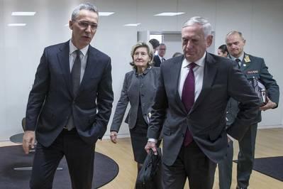 Ο Γενικός Γραμματέας του ΝΑΤΟ Γιάννης Στόλτενμπεργκ αριστερά και ο υπουργός Άμυνας κ. James N. Mattis μιλούν μετά από διμερή συνάντηση στο κεντρικό γραφείο του ΝΑΤΟ στις Βρυξέλλες, στις 14 Φεβρουαρίου 2018. (Φωτογραφία: ΝΑΤΟ)