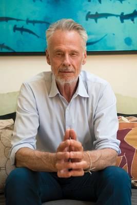 Τώρα 68 και ζώντας στο West Village της Νέας Υόρκης, ο Sven Lindblad χαιρετά από τη Σουηδία. Η πρώιμη ενηλικίωση ήταν στην Κένυα, όπου έζησε μέχρι το 1969 έως το 1977. Η φύση, οι άγριες περιοχές και οι άνθρωποι που αντιλαμβάνονταν τις πραγματικές προκλήσεις επιβίωσης στην Αφρική διαμορφώνονταν τα σχηματικά του χρόνια. Φωτογραφία: Οι εκδρομές David Vargas / Lindblad