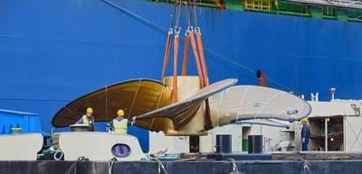 """Ο πλωτός γερανός """"HHLA IV"""" φορτώνει τη μεγαλύτερη έλικα του πλοίου στον κόσμο. Φωτογραφία: HHLA / Dietmar Hasenpusch"""