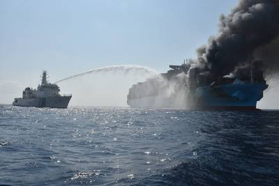 Индийская береговая охрана сражается с пламенем на борту Maersk Honan (Файл фото: Indian Coast Guard)