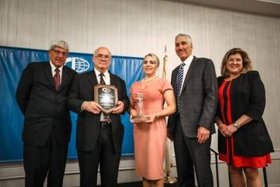 Слева направо: Майкл ДиВиргилио, президент CII; Эд Денике, президент контейнеров SSA; Г-жа ДеНики; Рональд Дж. Форест, президент Matson Navigation; Сью Коффи, CII Казначей (Фото: CII)