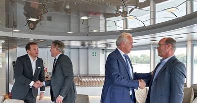 من اليسار إلى اليمين: Rik Pek (المدير الإداري لشركة Broekman Logistics) ؛ Emile Hoogsteden (مدير حاويات ، Breakbulk & Logistics من هيئة ميناء روتردام) ؛ Willem-Jan de Geus (Director Metaaltransport) and Peter van der Pluijm (Director RHB). الصورة: مارك نولتي / هيئة ميناء روتردام