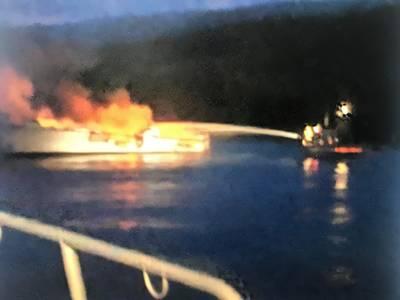 صورة لخفر السواحل الأميركي من المستجيبين المحليين يقاتلون النار على متن مفهوم.