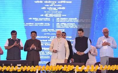 भारतीय प्रधान मंत्री नरेंद्र मोदी ने नवी मुंबई में 4 वें कंटेनर टर्मिनल को समर्पित किया। फोटो: नितिन गडकरी