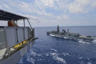 सिविलियन मेरिनर केविन सॉल्स, हेनरी जे। कैसर-श्रेणी के बेड़े की भरपाई करने वाले तेल निर्माता USNS ग्वाडालूप (T-AO 200) में जहाज के मास्टर, रॉयल नेवी ड्यूक-क्लास फ्रिगेट हॉन मोंट्रो (एफ 236) को एक पुनः-निर्माण-समुद्री ड्रिल के दौरान देखते हैं। गुआडालूपे संचालन कर रहा है, अमेरिकी नौसेना और सहयोगी बलों को जिम्मेदारी के 7 वें बेड़े क्षेत्र में सक्रिय सैन्य सहायता प्रदान कर रहा है। (मास कम्युनिकेशन स्पेशलिस्ट 2nd क्लास ट्रिस्टिन बर्थ द्वारा अमेरिकी नौसेना की तस्वीर)