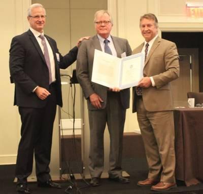 从左到右:AWO董事长Tom Marian,Jim Farley和Mike Emerson,美国海岸警卫队。 AWO供图。