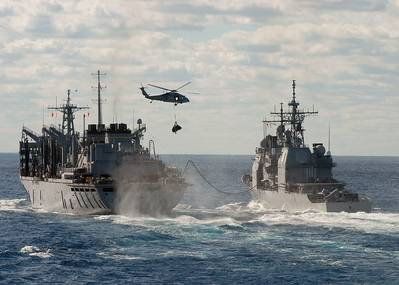 档案图片:美国海军战舰正在进行并正在进行补给。信用:美国海军