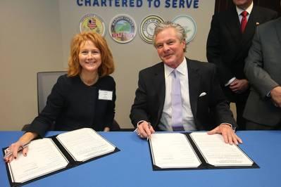 (बाएं से दाएं) मैरी लैमी, कार्यकारी निदेशक - सेंट लुइस क्षेत्रीय मालवाहक और सैंडी सैंडर्स, कार्यकारी निदेशक - प्लाक्वेमेन पोर्ट हार्बर और टर्मिनल जिला।