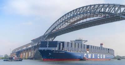 Die Bayonne - Brücke (Das Wachstum ist zum Teil auf die Fertigstellung des Bayonne - Brücken - Räumungsprojekts im Juni 2017 zurückzuführen, bei dem die Räumung unter der Brücke von 151 Fuß auf 215 Fuß erhöht wurde, wodurch die größten Containerschiffe der Welt unter ihr hindurchfahren konnten dienen Hafenterminals in New York und New Jersey.) Kredit: Port NY / NJ