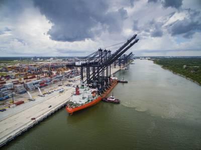 Die neuesten Ship-to-Shore-Krane von Port Houston sind fast 30 Stockwerke hoch und haben eine Auslegerlänge von 211 ft. Sie können Schiffe mit bis zu 22 Containern beladen und entladen. (Foto: Business Wire)