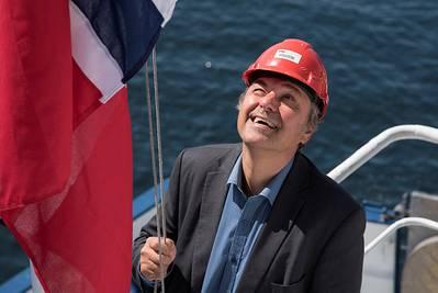 Diretor Geral de Navegação e Navegação, Olav Akselsen, içando a bandeira norueguesa durante uma cerimônia de mudança de bandeira (Foto: Helga Maria Sulen Sund / Sjøfartsdirektoratet)