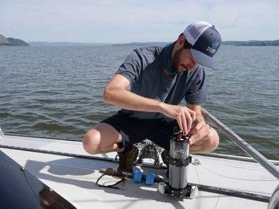 Ethan Edson, da Ocean Diagnostics, demonstra alguns de seus sensores microplásticos. Crédito: Ocean Diagnostics.
